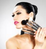 Mooie vrouw met make-upborstels royalty-vrije stock fotografie
