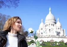 De mooie vrouw met nam vóór Basiliek van sacre-Coeur, Montmartre toe parijs Royalty-vrije Stock Foto