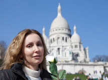 De mooie vrouw met nam vóór Basiliek van sacre-Coeur, Montmartre toe parijs Royalty-vrije Stock Afbeelding