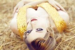De mooie vrouw met perfekt maakt omhoog en Haar Royalty-vrije Stock Foto's