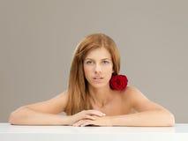 De mooie vrouw met rood nam op schouder toe Royalty-vrije Stock Afbeeldingen