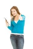 De mooie vrouw met tablet toont duim Royalty-vrije Stock Afbeeldingen