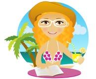 De mooie vrouw op een strand, drinkt cocktail. Stock Foto's