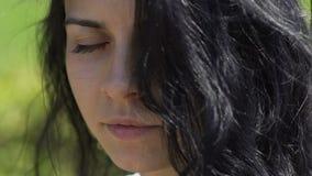 De mooie vrouw opent ogen kijkt haarmengeling gerend zeker wijfje in camera, donker stock video