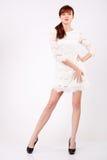 De mooie vrouw in openwork kleding houdt haar linkerheup Royalty-vrije Stock Fotografie
