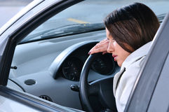 De mooie vrouw slaapt in een auto Stock Afbeelding