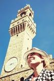 De mooie vrouw stelt onder Palazzo Vecchio in Florence royalty-vrije stock afbeeldingen
