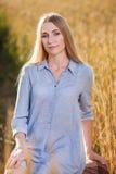 De mooie vrouw van de blonde middenleeftijd in openlucht Stock Fotografie