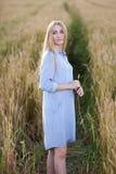 De mooie vrouw van de blonde middenleeftijd in openlucht Stock Foto's
