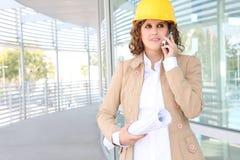 De mooie Vrouw van de Bouw op Telefoon royalty-vrije stock afbeelding