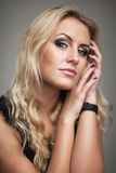 De mooie vrouw van het levensstijlportret met gezond lang wit haar en verse make-up Geïsoleerde niet, grijze achtergrond binnen Stock Foto's