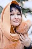 De mooie vrouw van het portret in een hoofdkussen-veinzerij met bont Stock Fotografie