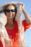 De mooie vrouw van het portret in oranje blouse stock afbeeldingen