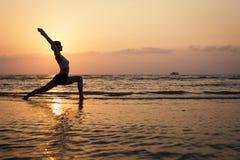 De mooie vrouw van het yogasilhouet Stock Afbeelding