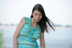 De mooie vrouw van Volgograd op de kust van de grote Russische rivier Volga blaast op Stock Fotografie