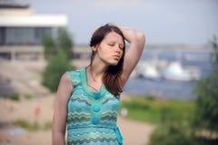 De mooie vrouw van Volgograd op de kust van de grote Russische rivier Volga blaast op Stock Foto's