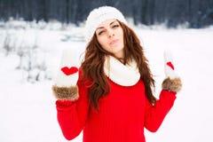 De mooie vrouw van Yong in rode sweater Stock Foto's