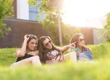 3 de mooie vrouw voelt goed in het gras Stock Fotografie