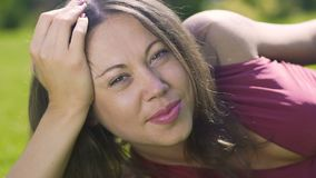 De mooie vrouw vreugdevol kijkt camera met liefde in haar ogen, glimlachend vrouwelijke vreugde stock videobeelden