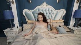 De mooie vrouw is wakker stock footage