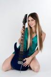 De mooie vrouw zit met gitaar royalty-vrije stock fotografie