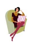 De mooie vrouw zit op een bank Stock Afbeeldingen