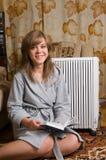 De mooie vrouw zit op een tapijt Royalty-vrije Stock Fotografie