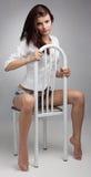 De mooie vrouw zit op stoel royalty-vrije stock foto's