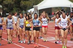 De mooie vrouwelijke afstandsagenten bereiden race voor stock afbeeldingen