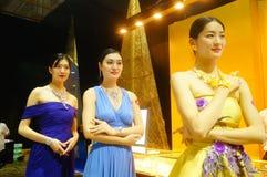 De mooie vrouwelijke modellen tonen gouden juwelen in Shenzhen de Internationale Juwelen tonen Royalty-vrije Stock Afbeeldingen