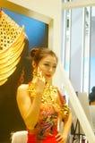 De mooie vrouwelijke modellen tonen gouden juwelen in Shenzhen de Internationale Juwelen tonen Stock Afbeelding