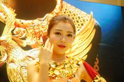 De mooie vrouwelijke modellen tonen gouden juwelen in Shenzhen de Internationale Juwelen tonen Stock Foto's