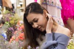 De mooie vrouwen bewonderen mooie bloemen stock foto's