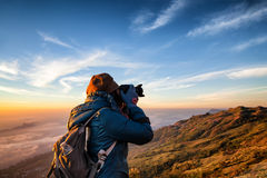 De mooie vrouwen professionele fotograaf neemt beelden met DSLR Royalty-vrije Stock Afbeeldingen
