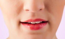 De mooie vrouwen rode lippen sluiten omhoog Stock Fotografie