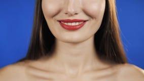 De mooie vrouwen rode lippen vliegen de gezonde huid van het haarportret, glimlachmodel op chroma zeer belangrijke achtergrond, h stock videobeelden