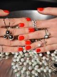De mooie vrouwenhanden met rood patroonpoetsmiddel manicured de parel van het spijkersvoedsel Royalty-vrije Stock Foto's