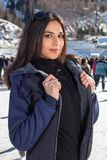 De mooie vrouwenijs het schaatsen winter in openlucht, gezichts glimlachen Bergen op de achtergrond Stock Foto