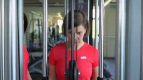 De mooie vrouwentreinen in de geschiktheidsstudio Sporten opleiding stock videobeelden