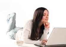 De mooie vrouwenwerken met een computer. Royalty-vrije Stock Afbeeldingen