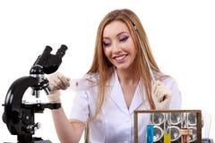 De mooie vrouwenwetenschapper in het laboratorium voert diverse handelingen uit Royalty-vrije Stock Foto