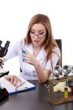 De mooie vrouwenwetenschapper in het laboratorium voert diverse handelingen uit Royalty-vrije Stock Fotografie