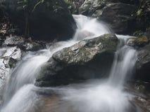 De mooie waterval stroomt onderaan de rotsen royalty-vrije stock afbeeldingen