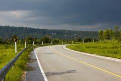 De mooie weg buigt omhoog de berg stock afbeelding