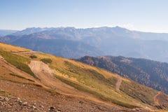 De mooie Westelijke bergen van de Kaukasus in de herfst Royalty-vrije Stock Foto's