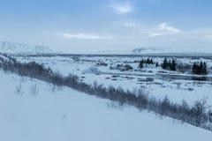De mooie winderige en behandelde sneeuw van het de winterlandschap in IJsland Royalty-vrije Stock Afbeelding