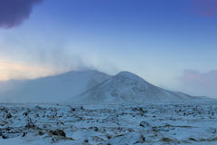 De mooie winderige en behandelde sneeuw van het de winterlandschap in IJsland Stock Afbeeldingen