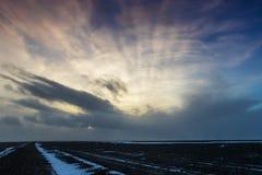 De mooie winderige en behandelde sneeuw van het de winterlandschap in IJsland Stock Afbeelding