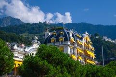 De mooie witte bouw met meerdere verdiepingen, Zwitserland stock fotografie