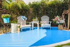 De mooie witte houten stoelen en de houten lijst aangaande lichtblauw streven na stock fotografie